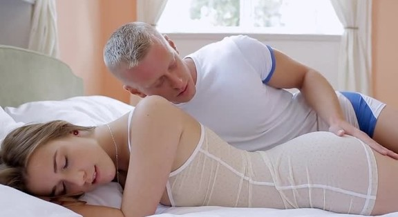 Man rubbing woman clit