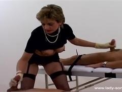 Adorabil Buxomy Doamna Sonia Oferind Un Handjob Uimitor