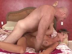 Šťavnaté Buxomové Koláče Představující Horké Sexuální Akce Končené Cumshot